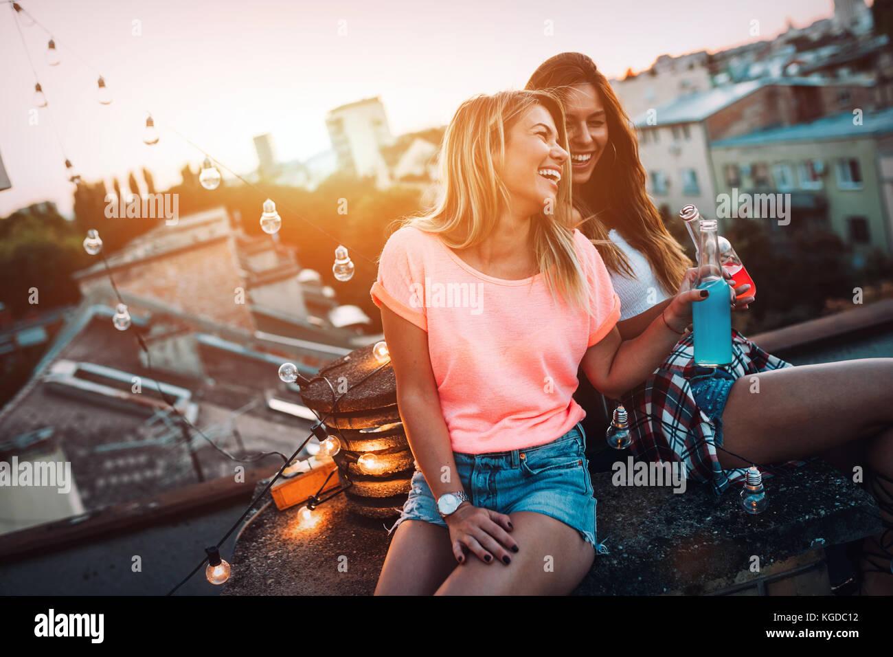Felice di ragazze giovani divertirsi a parte Immagini Stock