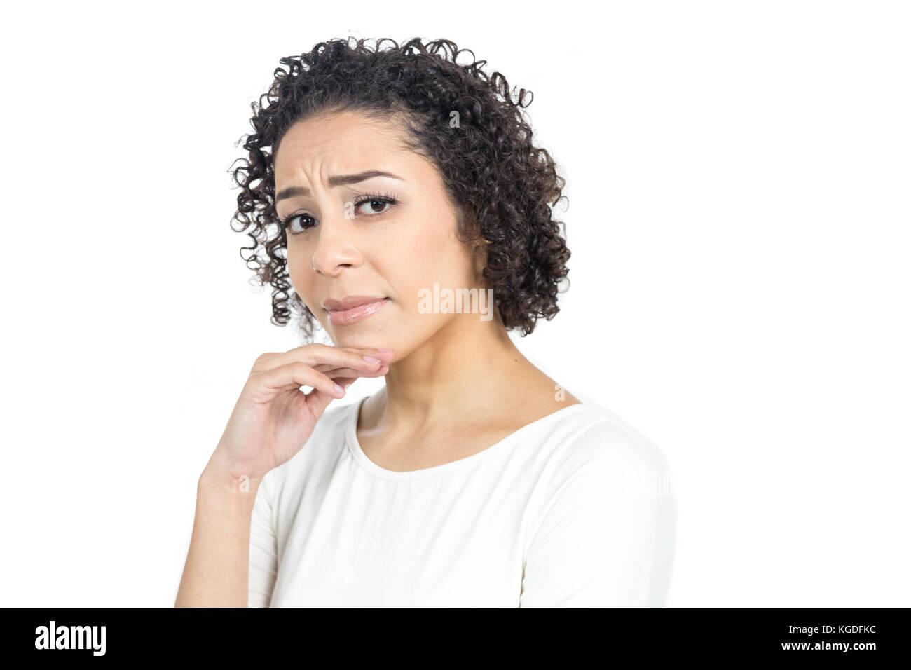a10125f59a Bella donna sta tenendo una mano sul mento e cercando diffidenti. Lei è  grave.