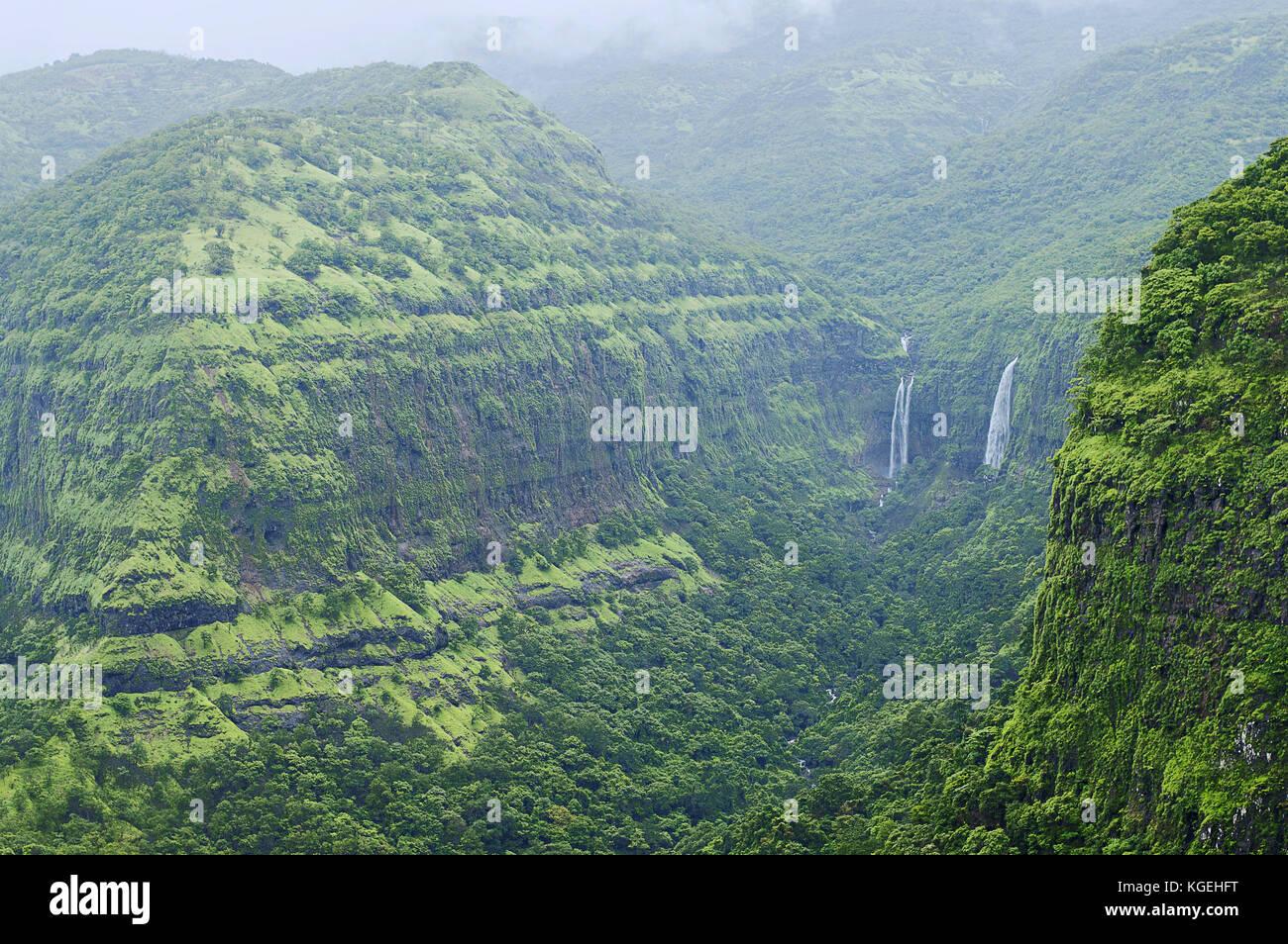 Le montagne con cascate in varandha ghat di Pune, Maharashtra Foto Stock