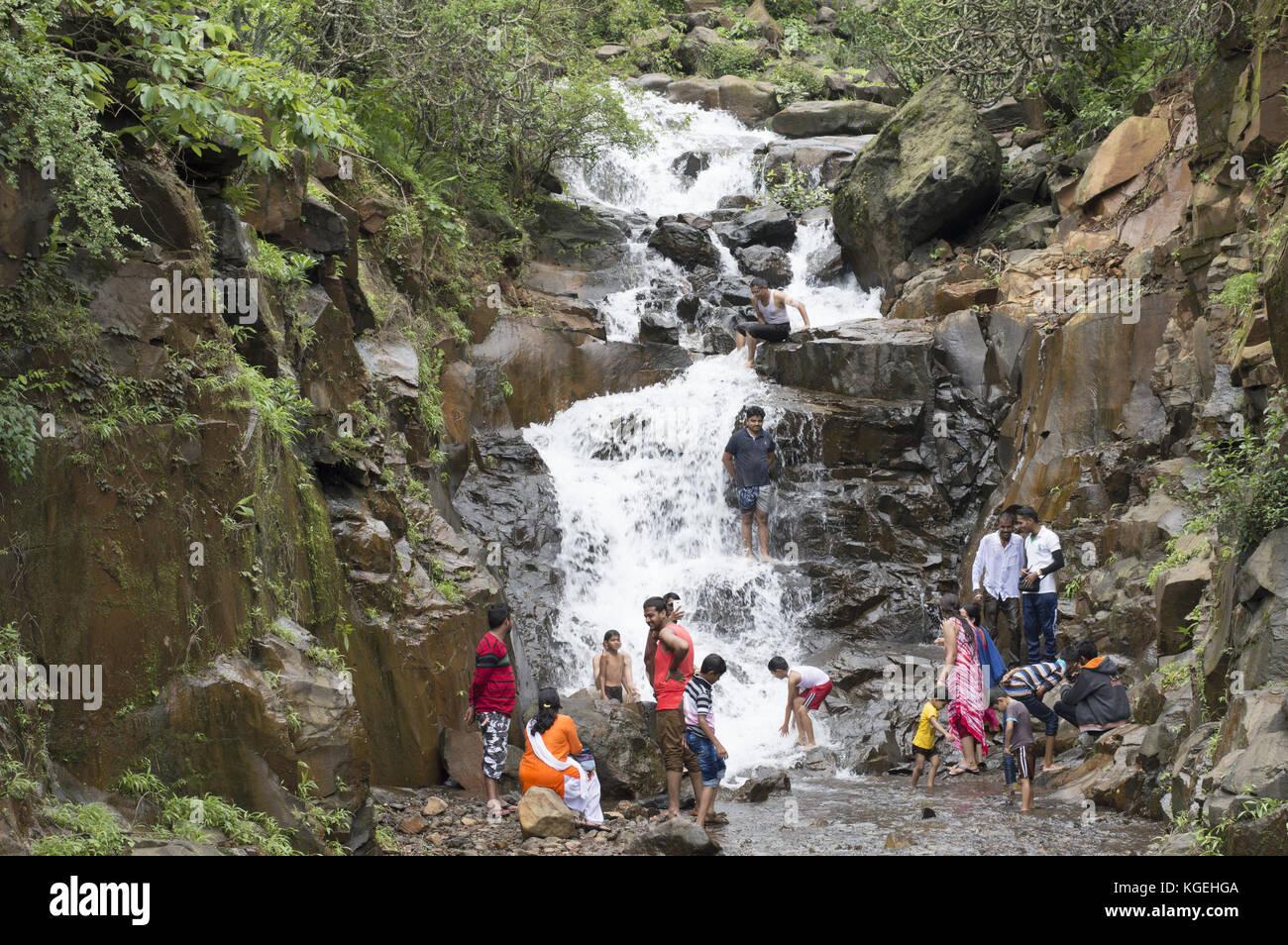 Per coloro che godono con i bambini in una cascata a varandha ghat di Pune, Maharashtra Immagini Stock