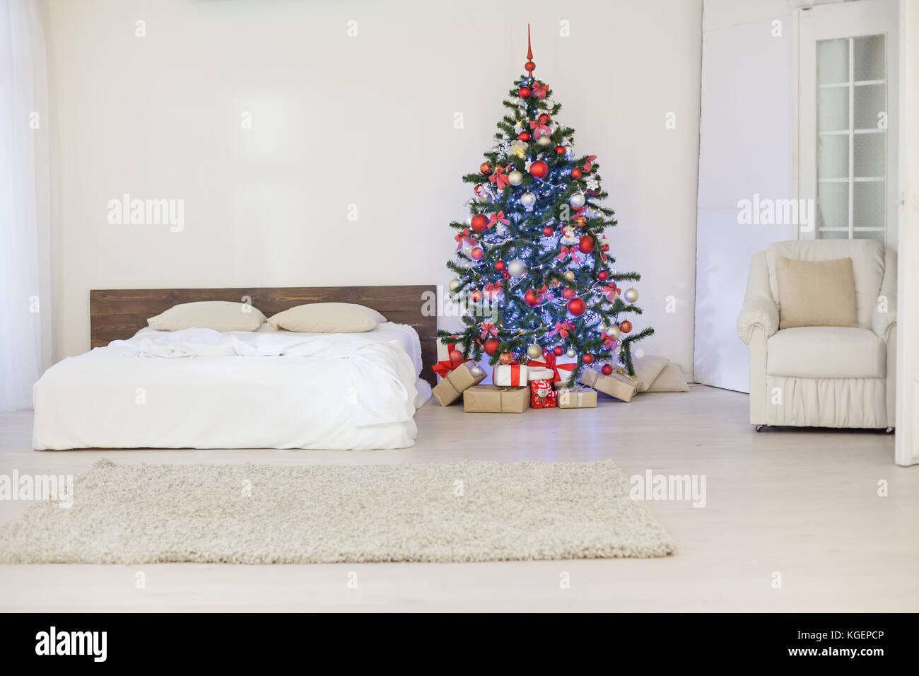 Arredamento camera da letto bianca con albero di Natale regali di ...