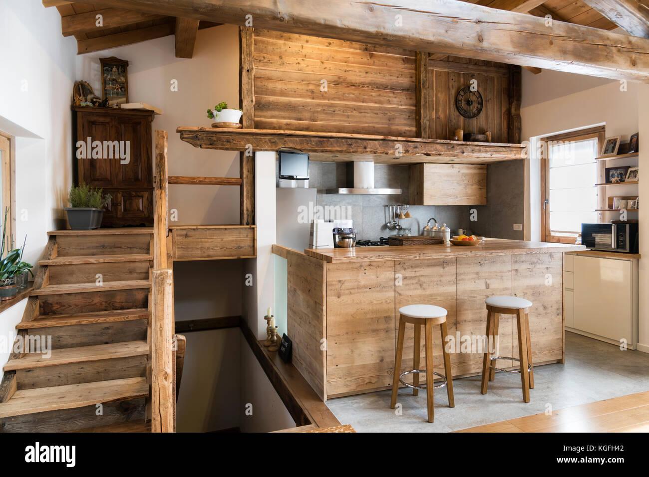 Cucina in legno in stile cottage Immagini Stock