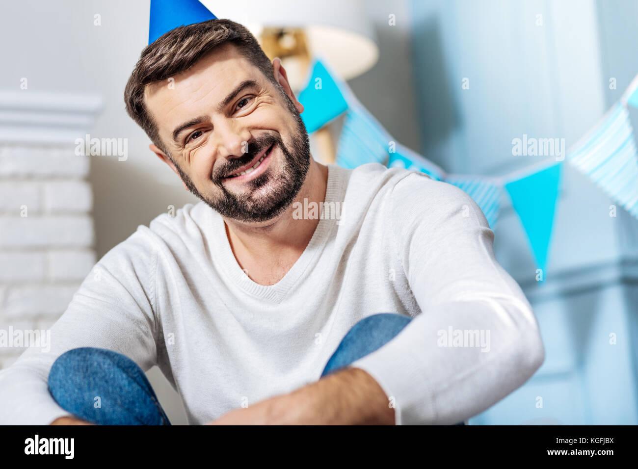 Piacevole uomo barbuto celebrare una festa Immagini Stock