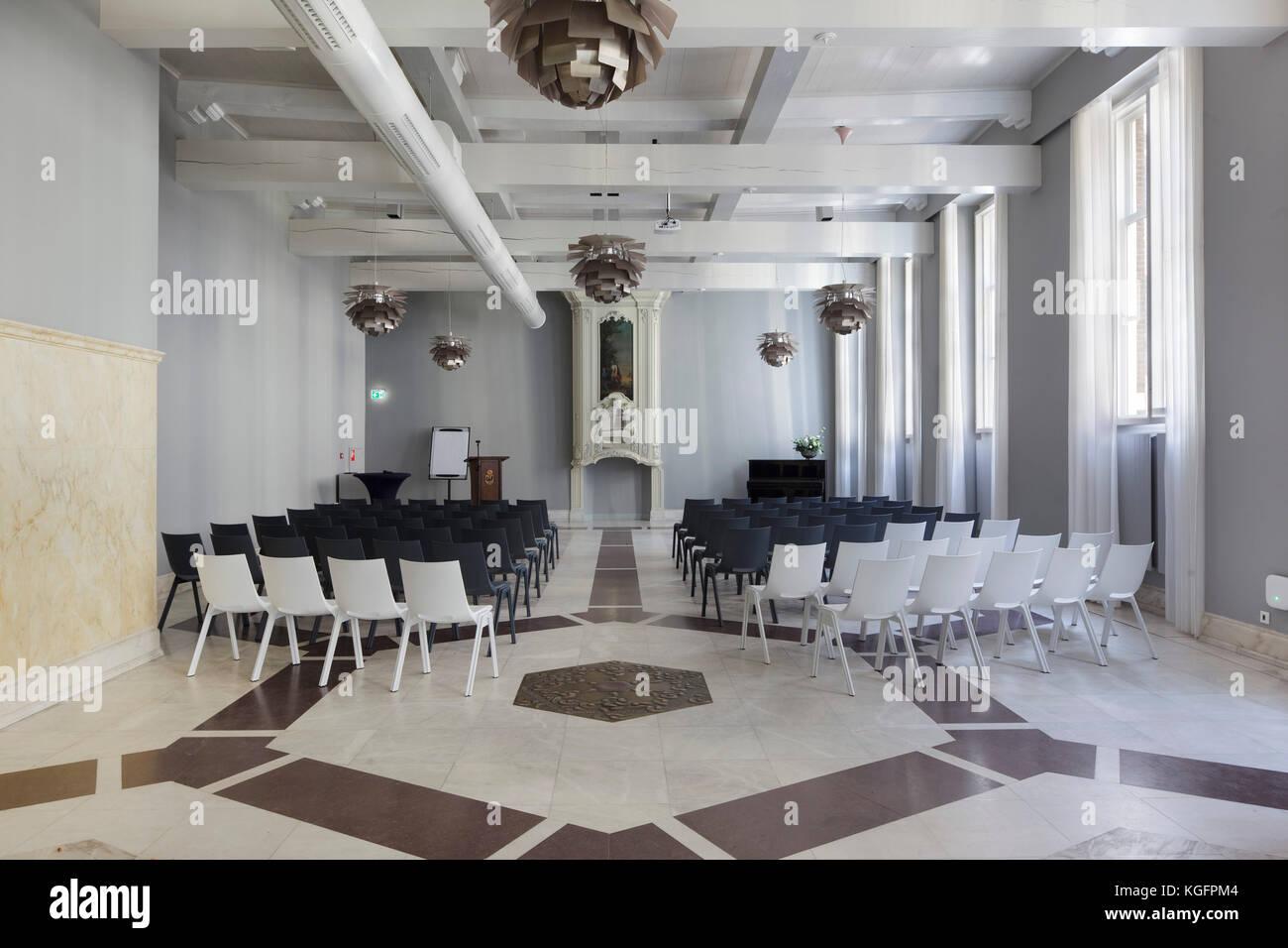 Pavimento Bianco E Grigio : Sala riunioni in edificio originale con geometrica pavimento in