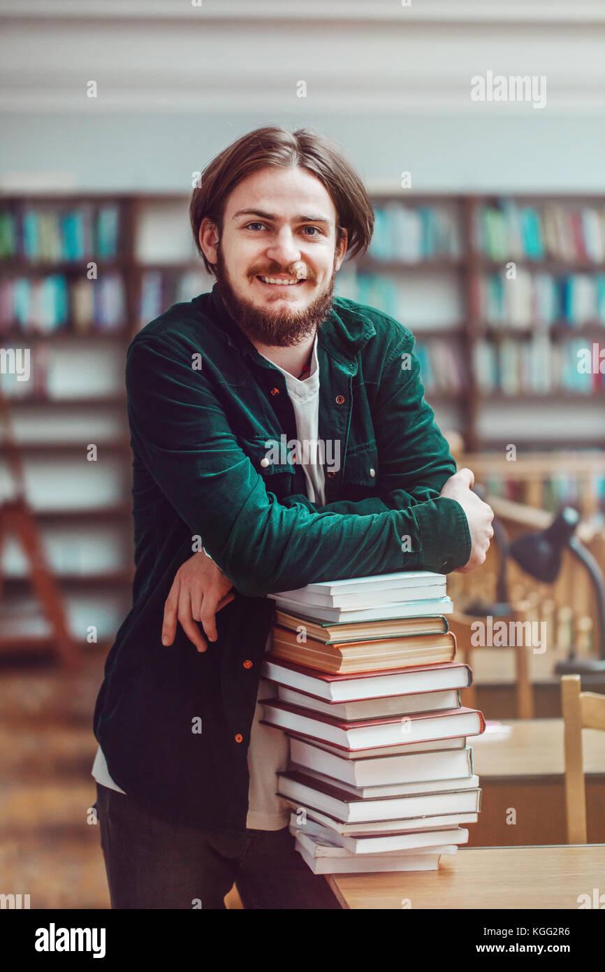 Processo di studiare in biblioteca Immagini Stock