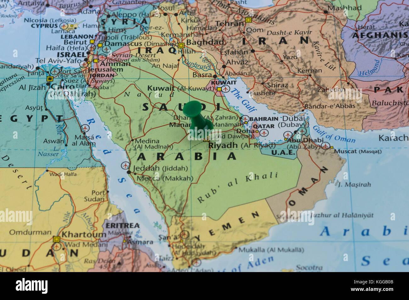 Riyadh imperniata su una mappa di arabia saudita con una spina verde, colore dell'Arabia bandiera. Immagini Stock