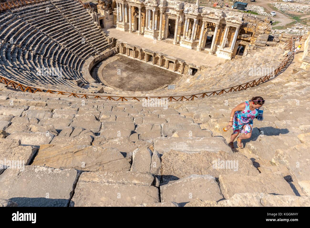 La gente di visitare le rovine del teatro antico nell'antica città greca hierapolis, Pamukkale, la Turchia.25 agosto Foto Stock