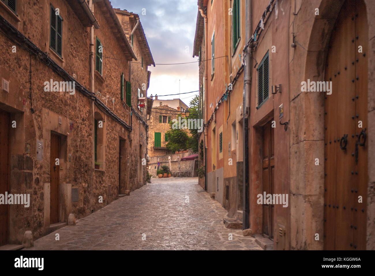 Affascinante spagnolo case la linea della strada di Valldemossa, Mallorca Immagini Stock