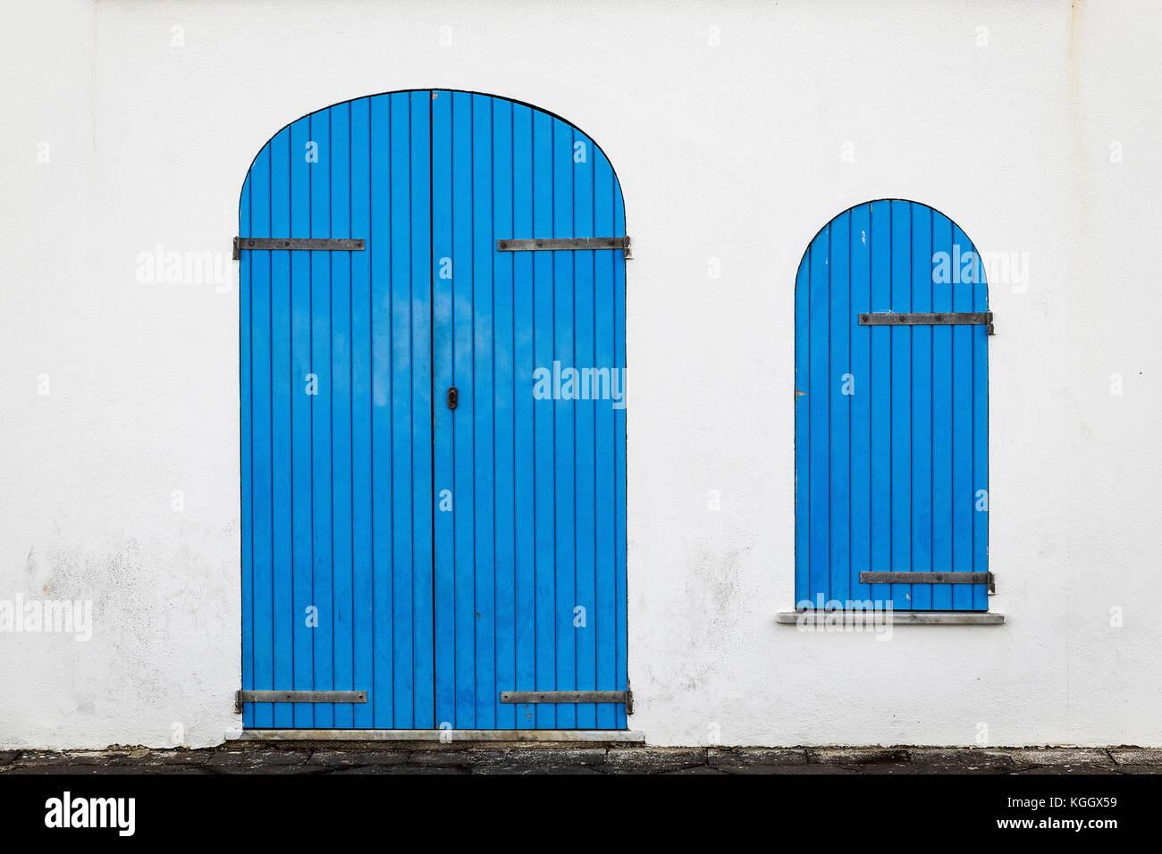 Blue porta e finestra con persiane, Alghero, Sardegna, Italia. Immagini Stock