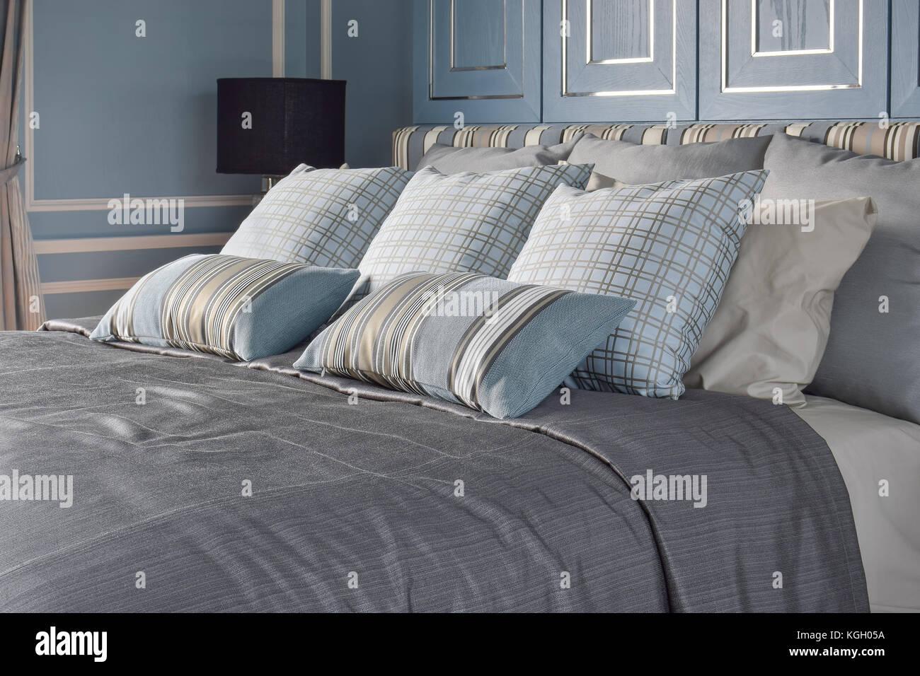 La luce blu in stile romantica camera da letto con il ...