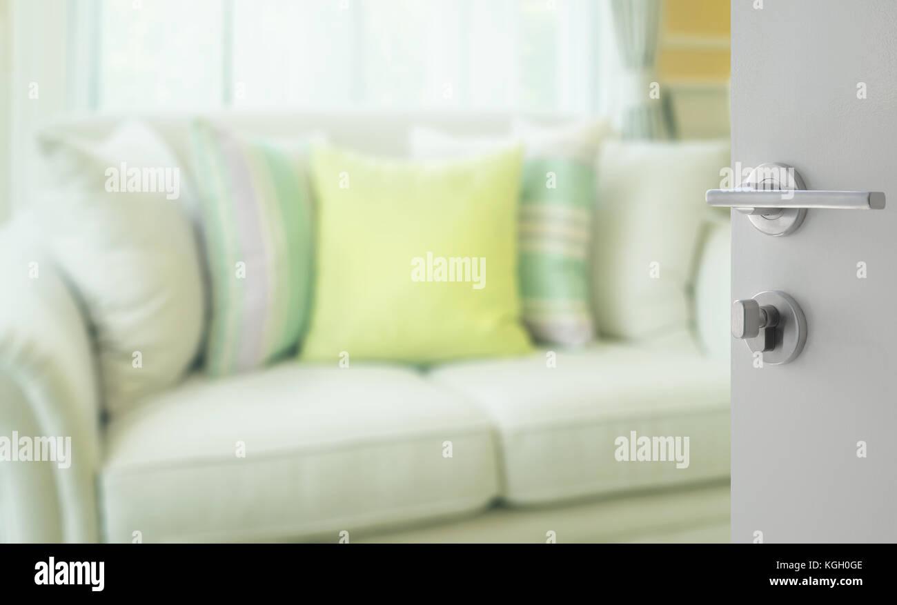Salotto Moderno Verde : Aperto porta bianca al salotto con cuscini di colore verde sul