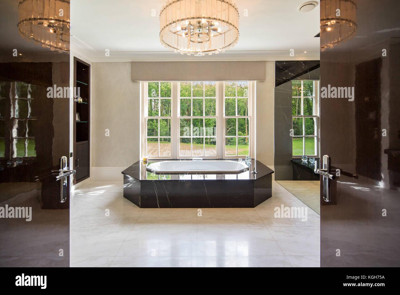Grand double porte che conducono alla stanza da bagno di lusso con