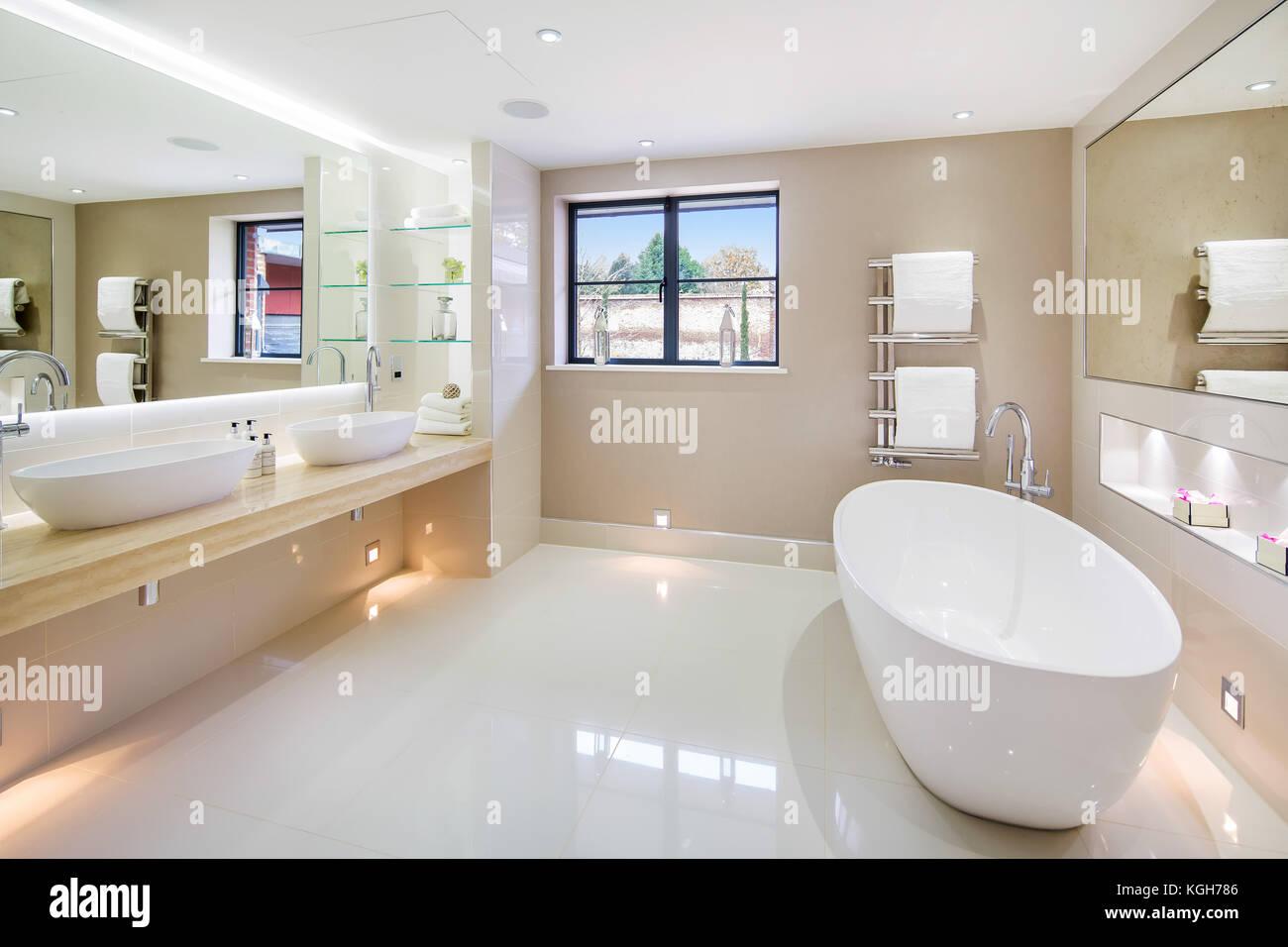 Il Lusso Moderno Bagno In Casa Grande Con Pavimenti In Marmo Foto