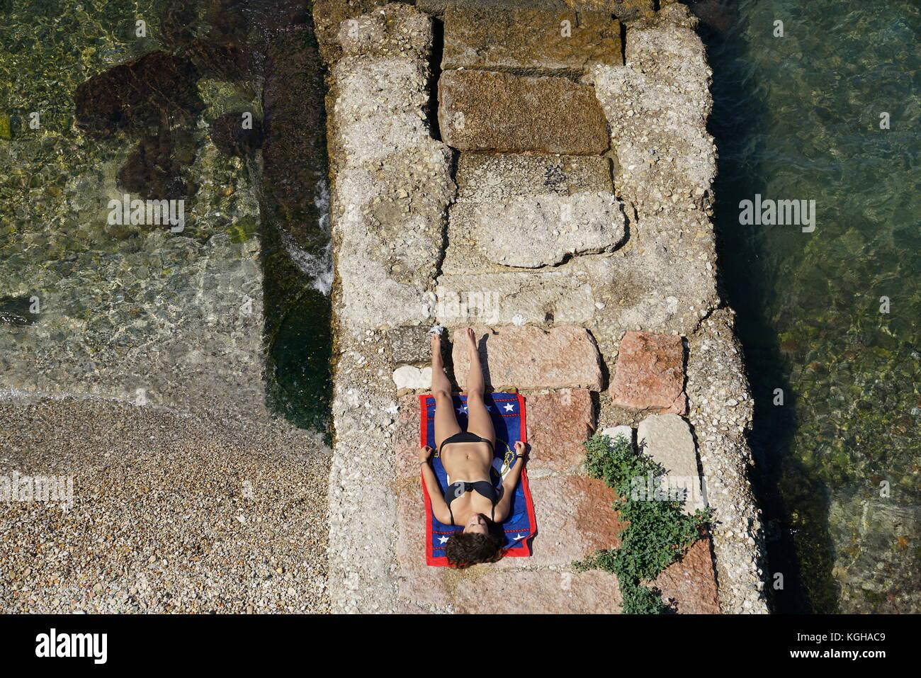 Corf Grecia Lady Sdraiati Sulla Spiaggia A Prendere Il Sole Per Abbronzare La Sua Pelle