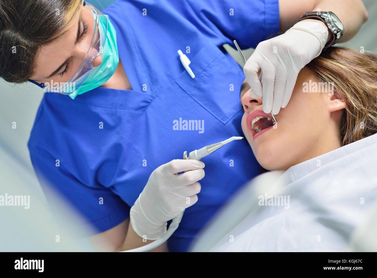 Persone, medicina, stomatologia e health care concetto - buon dentista femmina di controllo paziente denti ragazza Immagini Stock