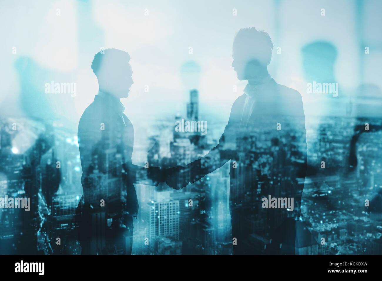 Stretta di mano del due commercianti in ufficio concetto di partnership e il lavoro di squadra Immagini Stock