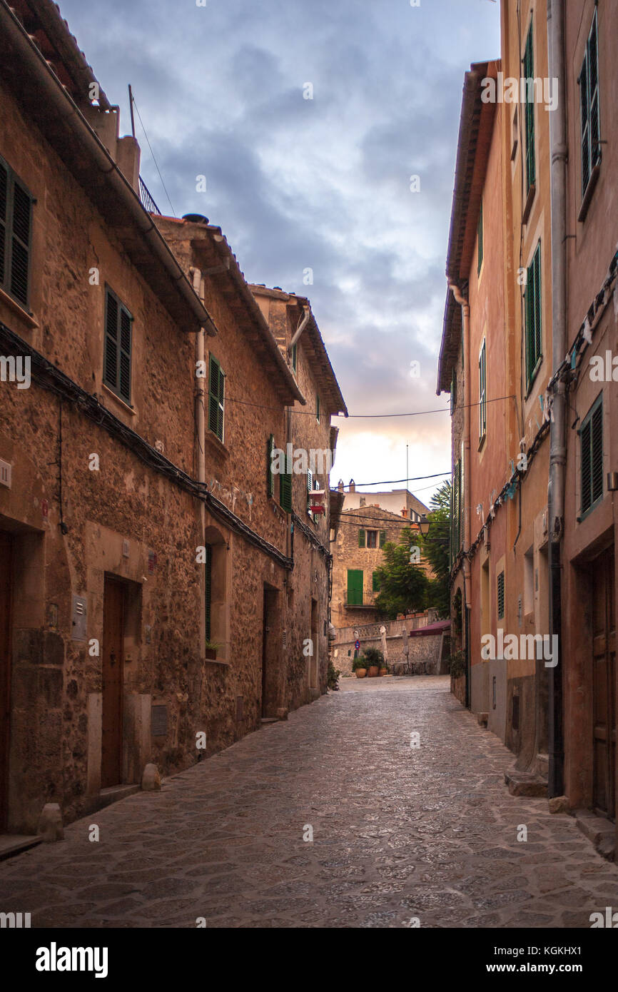 Suggestiva strada di Valldemossa, Mallorca, in sera Immagini Stock