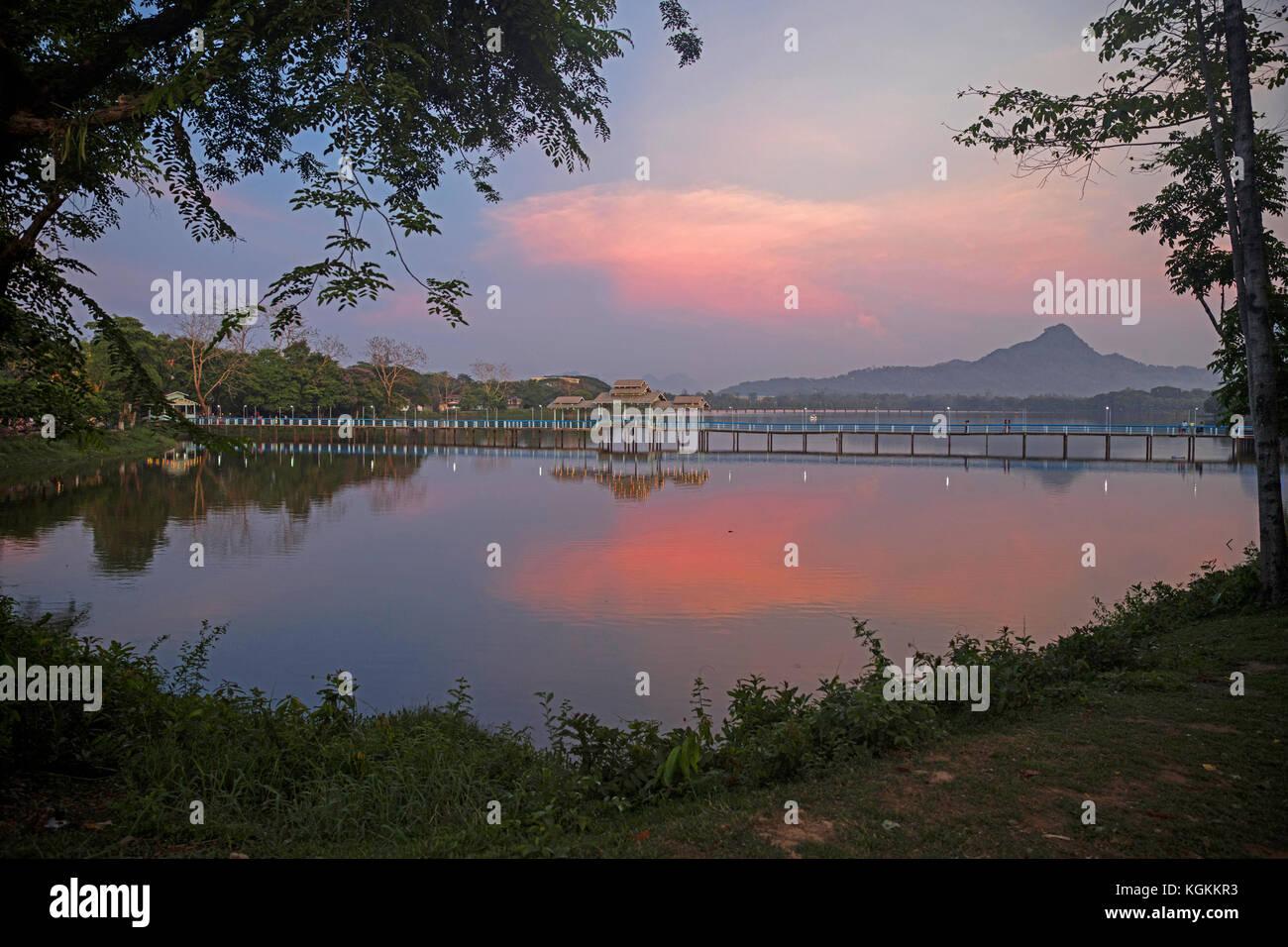Ponte in legno sul kan thar yar lago al tramonto, di Hpa-an, kayin membro / karen stato, myanmar / BIRMANIA Immagini Stock