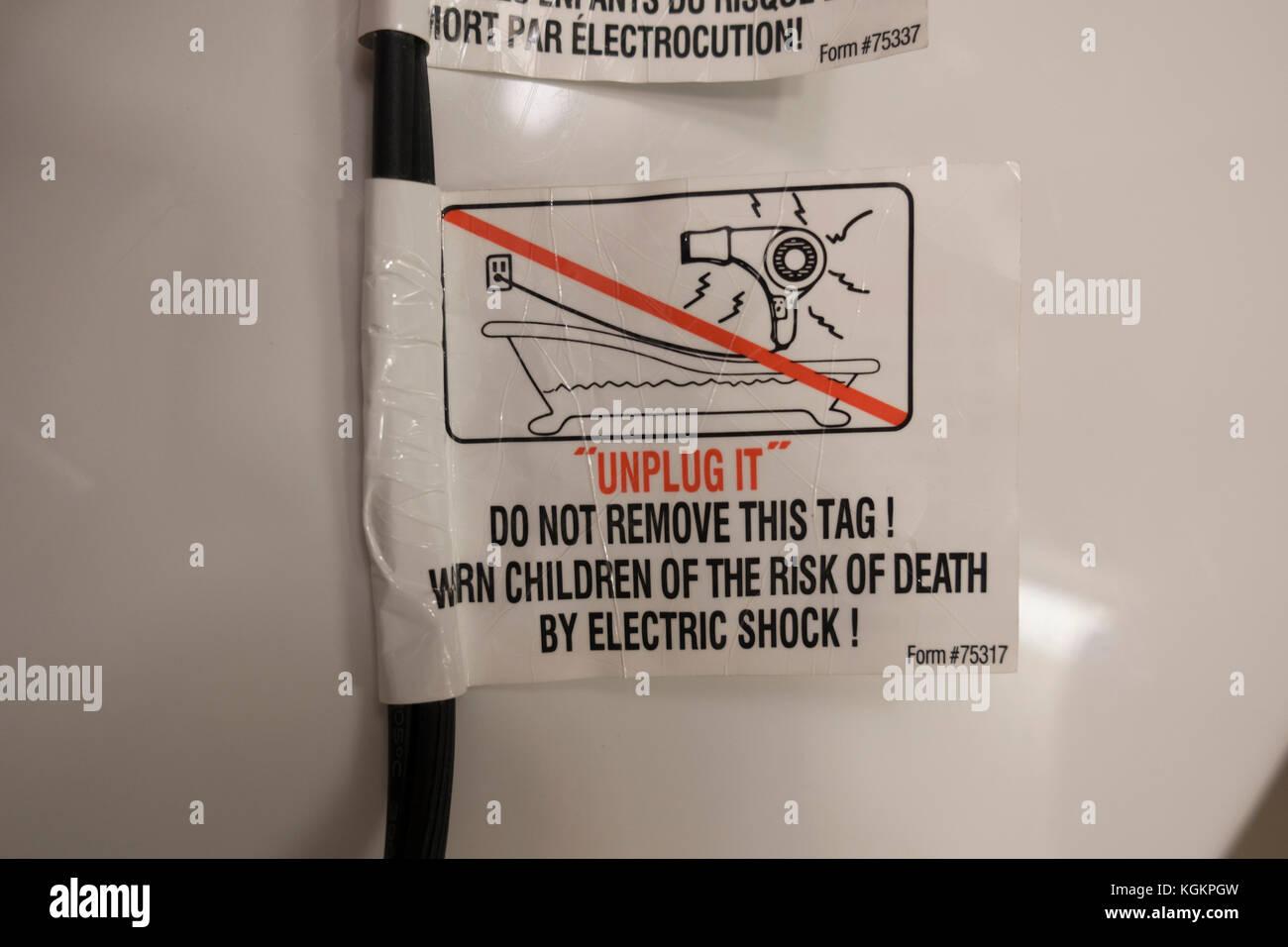 Un impianto elettrico di etichette di avvertenza su un