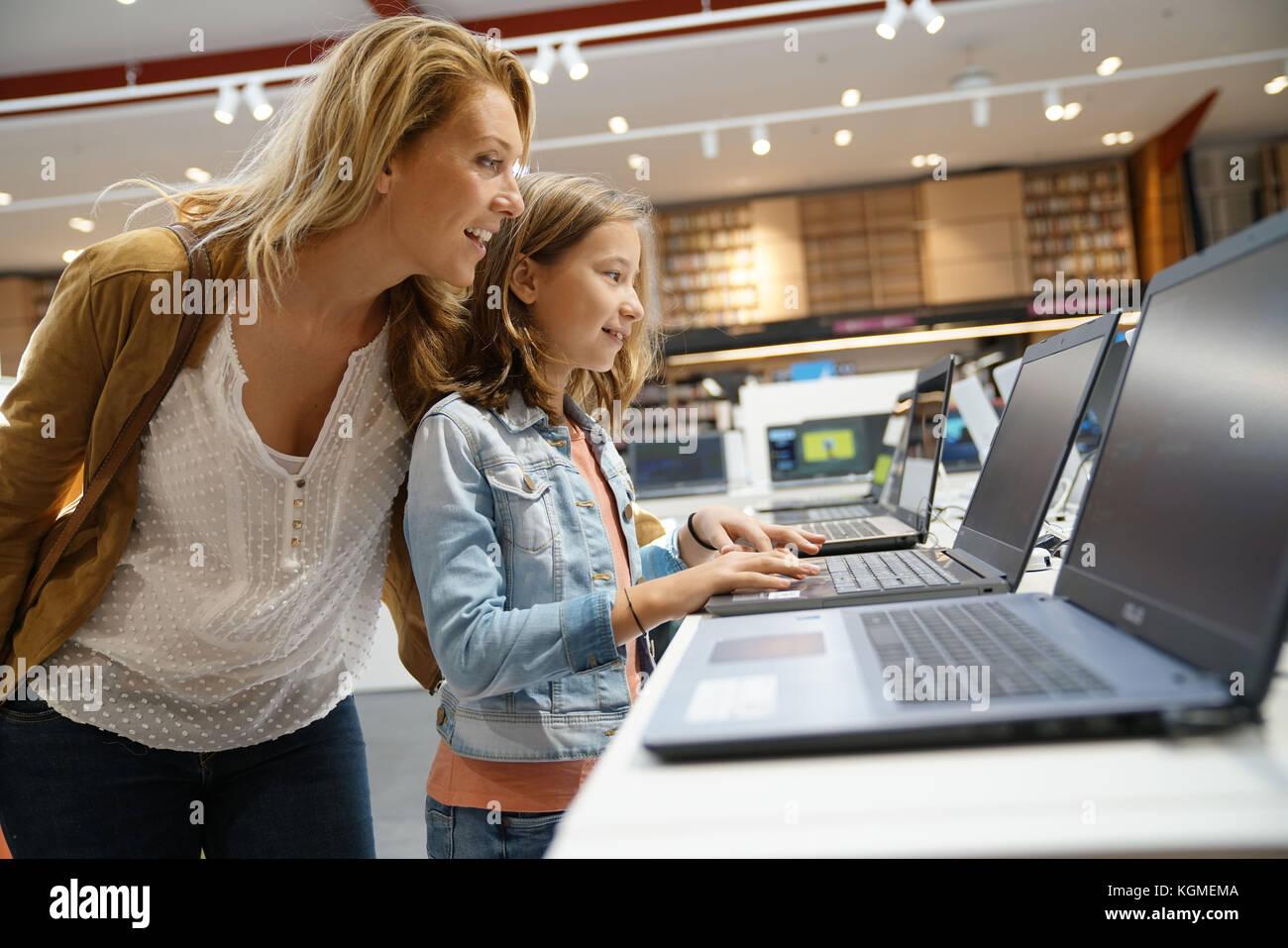 Madre e figlia guardando il laptop in Archivio multimediale Immagini Stock