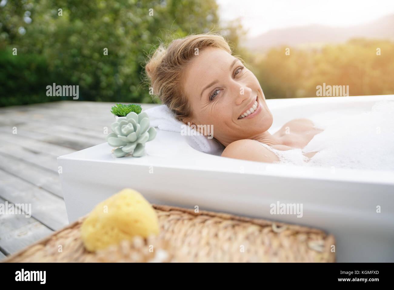 Vasca Da Bagno Esterna : Bella donna di relax nella vasca da bagno esterna foto & immagine