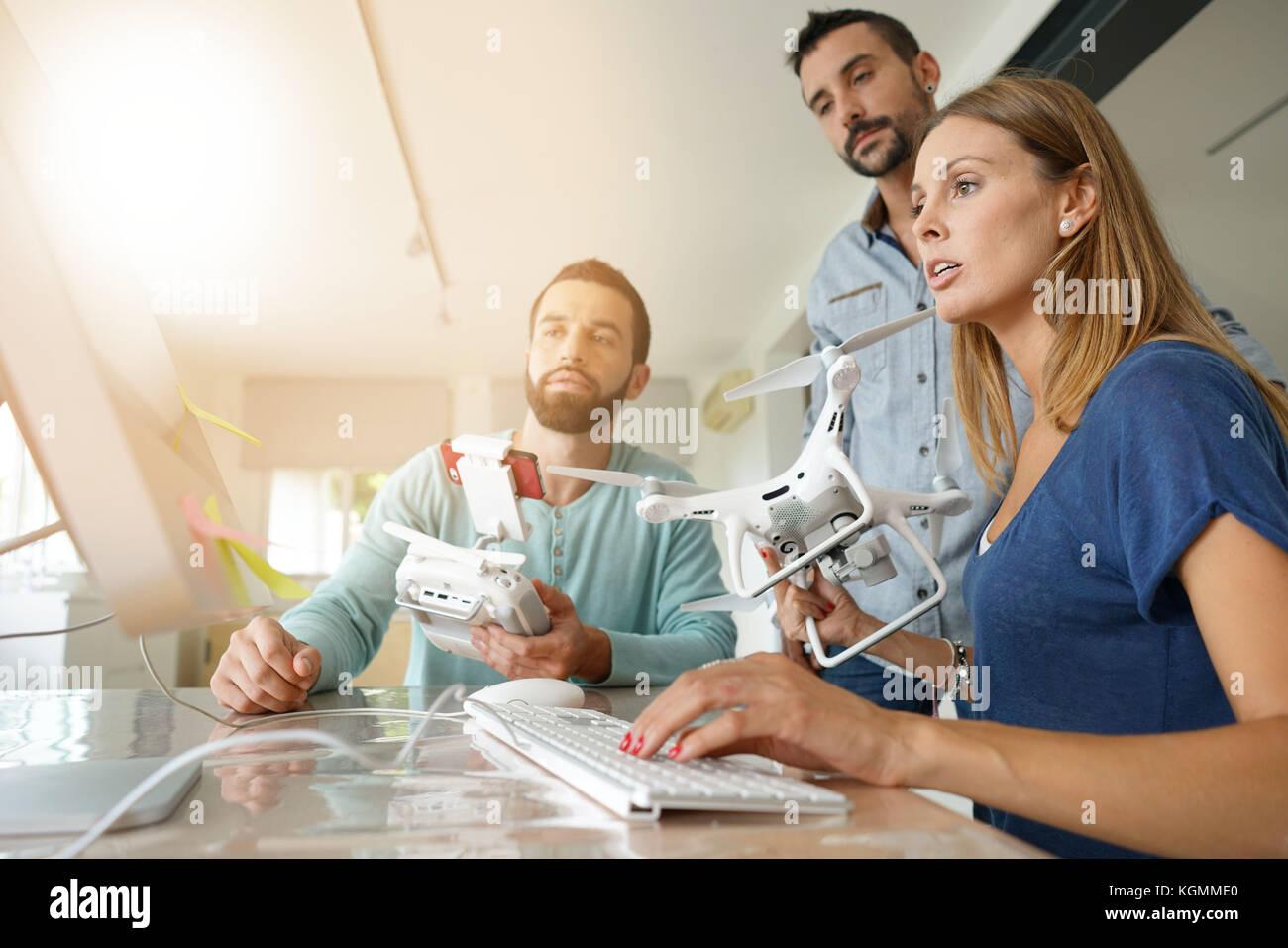 L'avvio di persone in ufficio a lavorare sulla tecnologia drone Immagini Stock