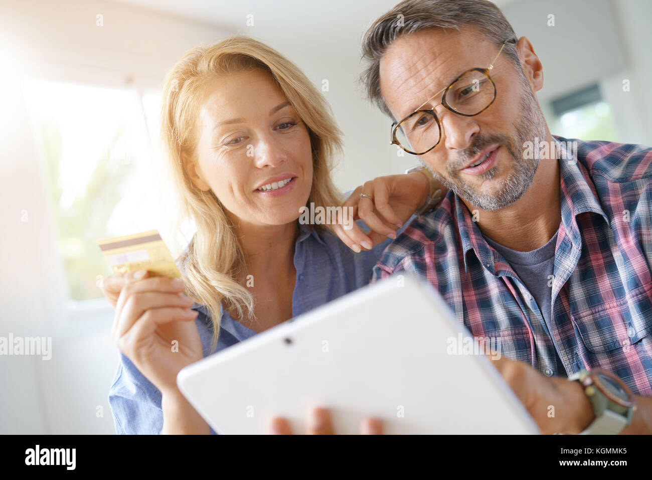Coppia matura acquisti su internet, lo shopping online Immagini Stock