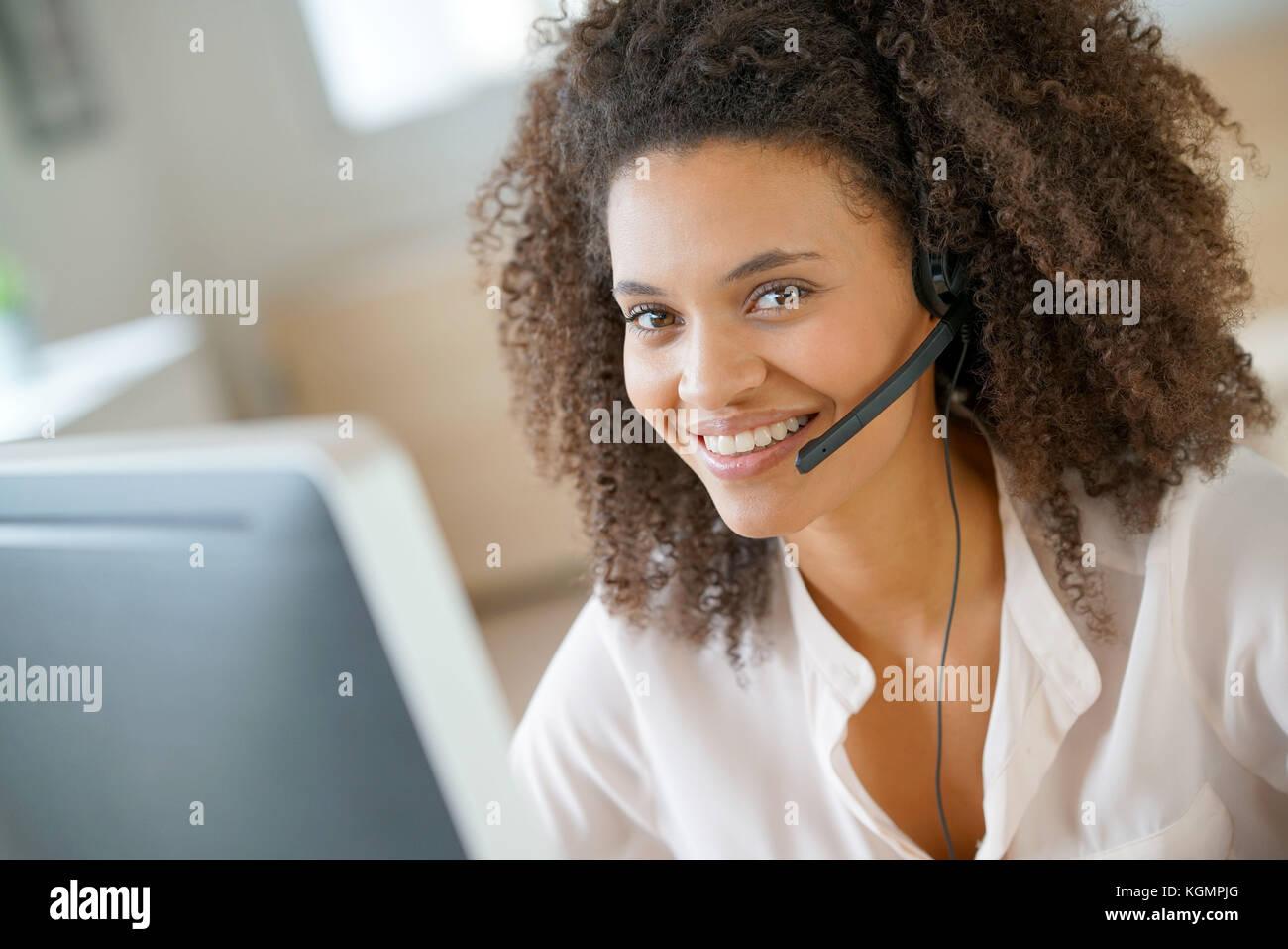 Ritratto di customer service assistant parlando al telefono Immagini Stock