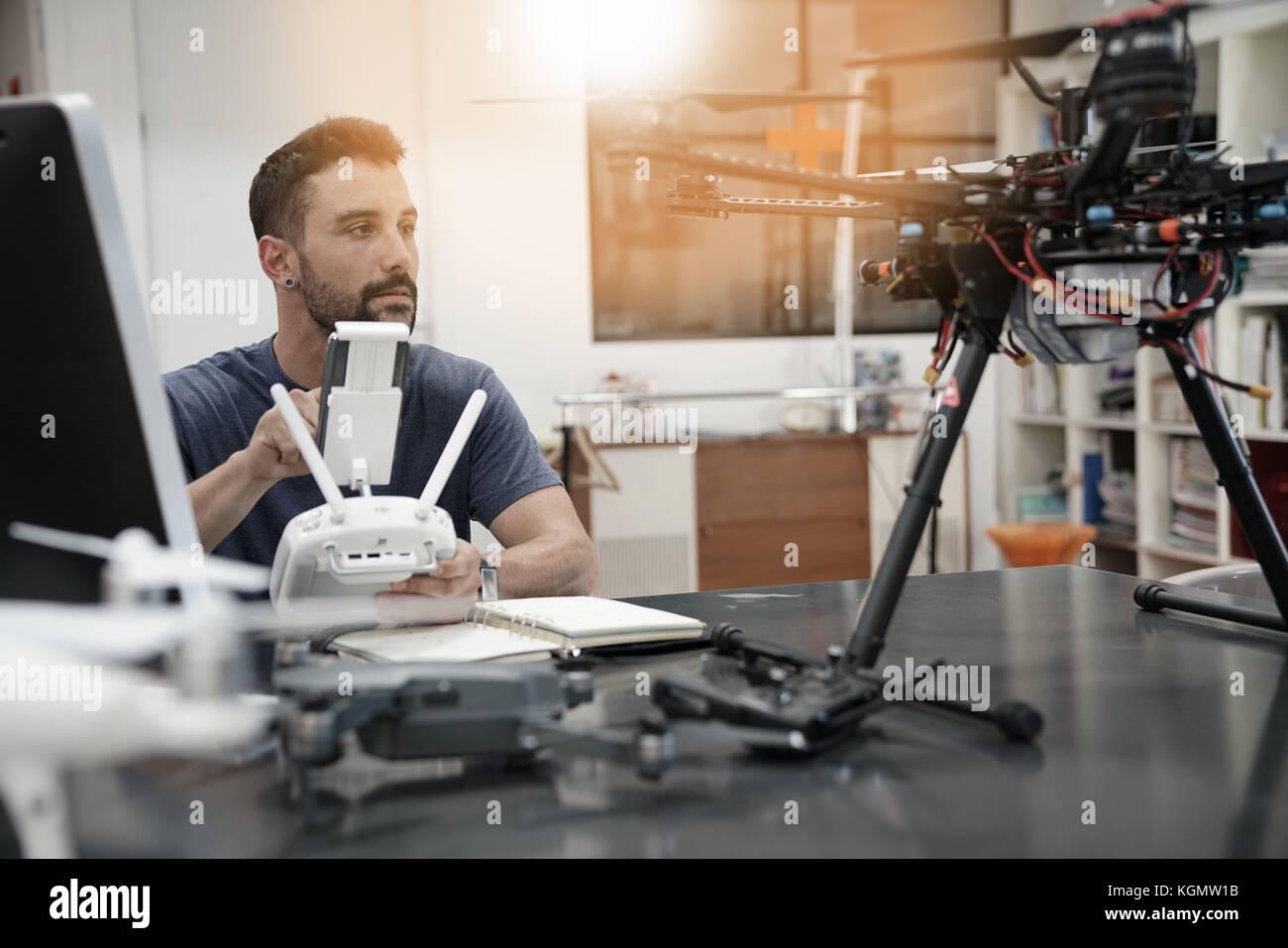 Ingegnere di lavoro sul drone in office Immagini Stock