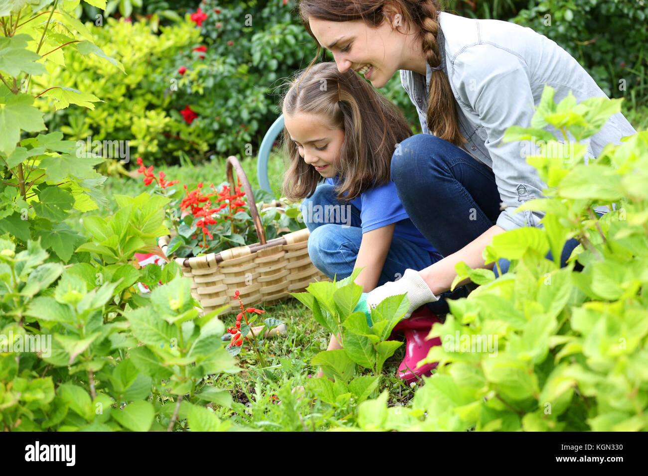 Bambina aiutando la madre a fare giardinaggio Immagini Stock