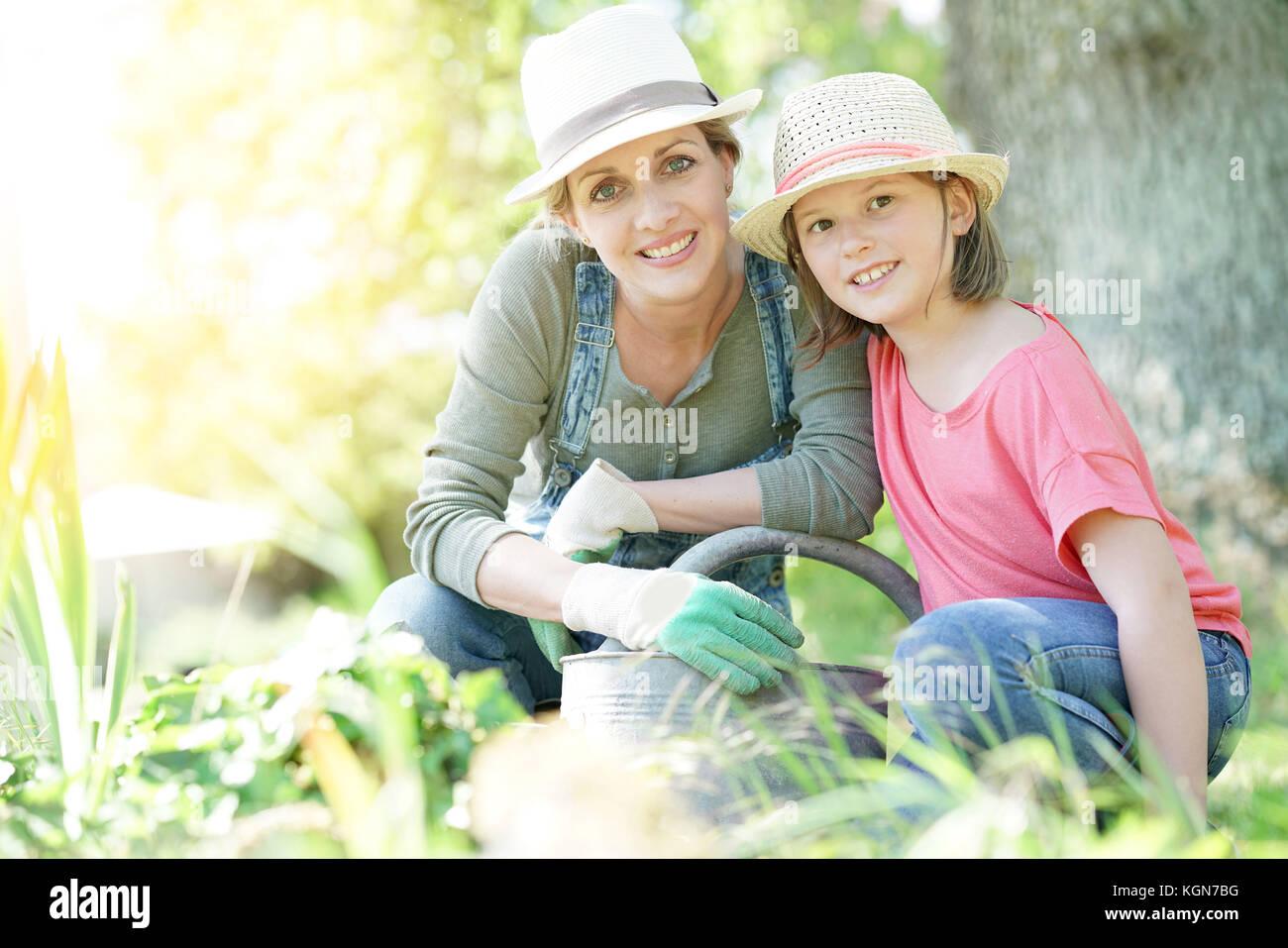 Ritratto di Madre e figlia insieme di giardinaggio Immagini Stock