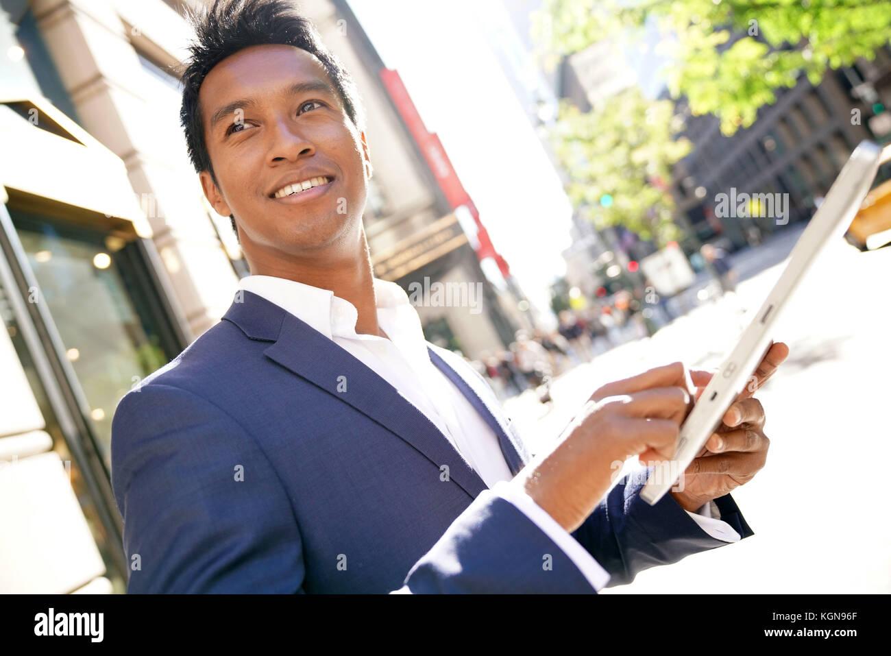 Imprenditore a Manhattan con tavoletta digitale Immagini Stock