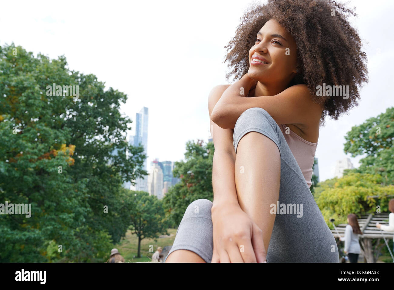 Bella donna facendo esercizi di rilassamento a central park Immagini Stock