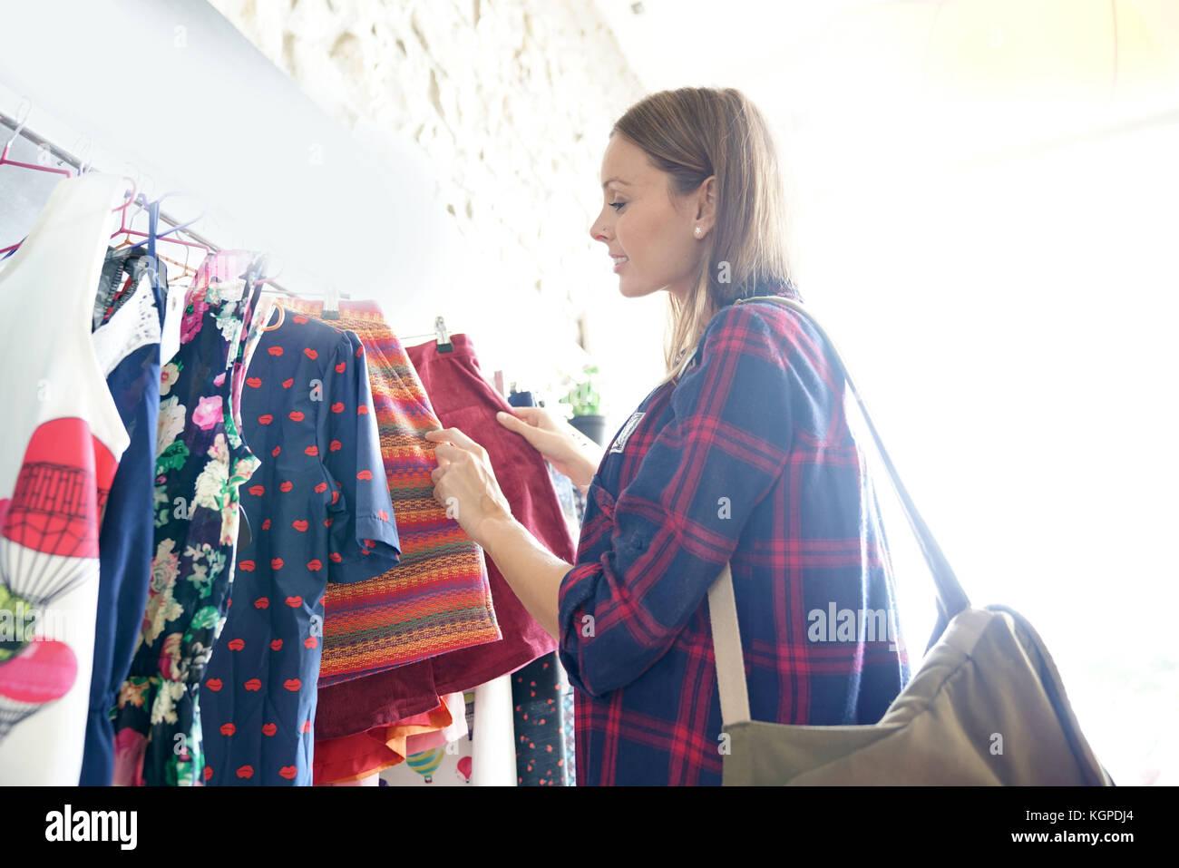 La donna nel negozio di abbigliamento, giornata di shopping Immagini Stock