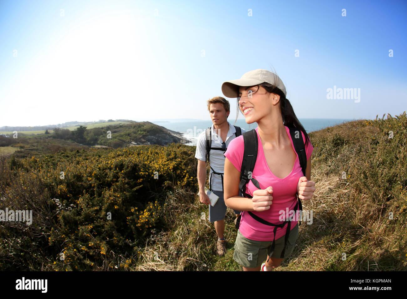 Paio di escursionisti in campo paese dall'oceano Immagini Stock