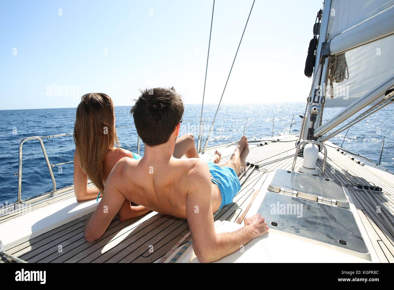 Lucky giovane rilassante sul ponte di barche a vela Immagini Stock