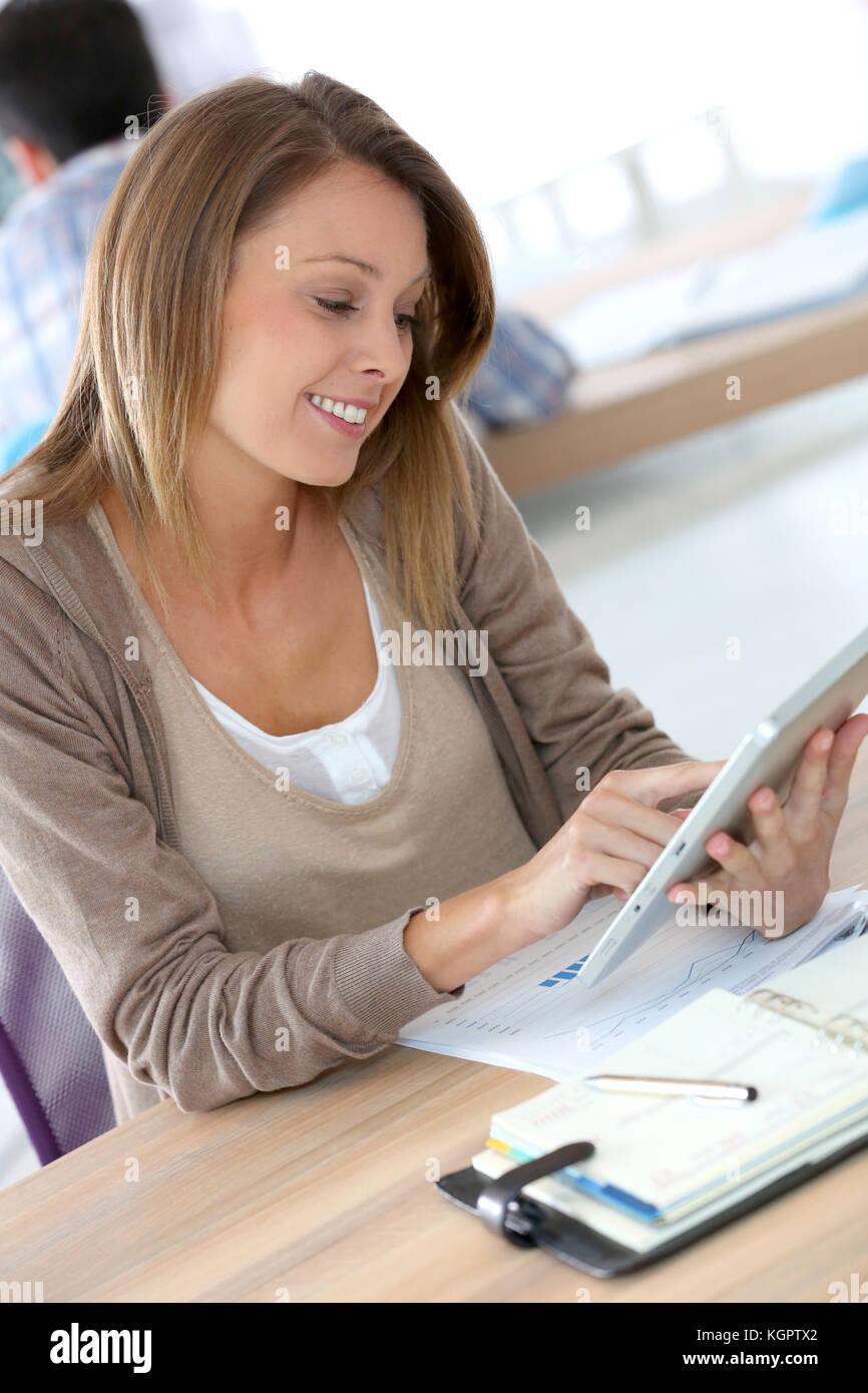 Ritratto di sorridere lavoratore di ufficio con tavoletta digitale Immagini Stock