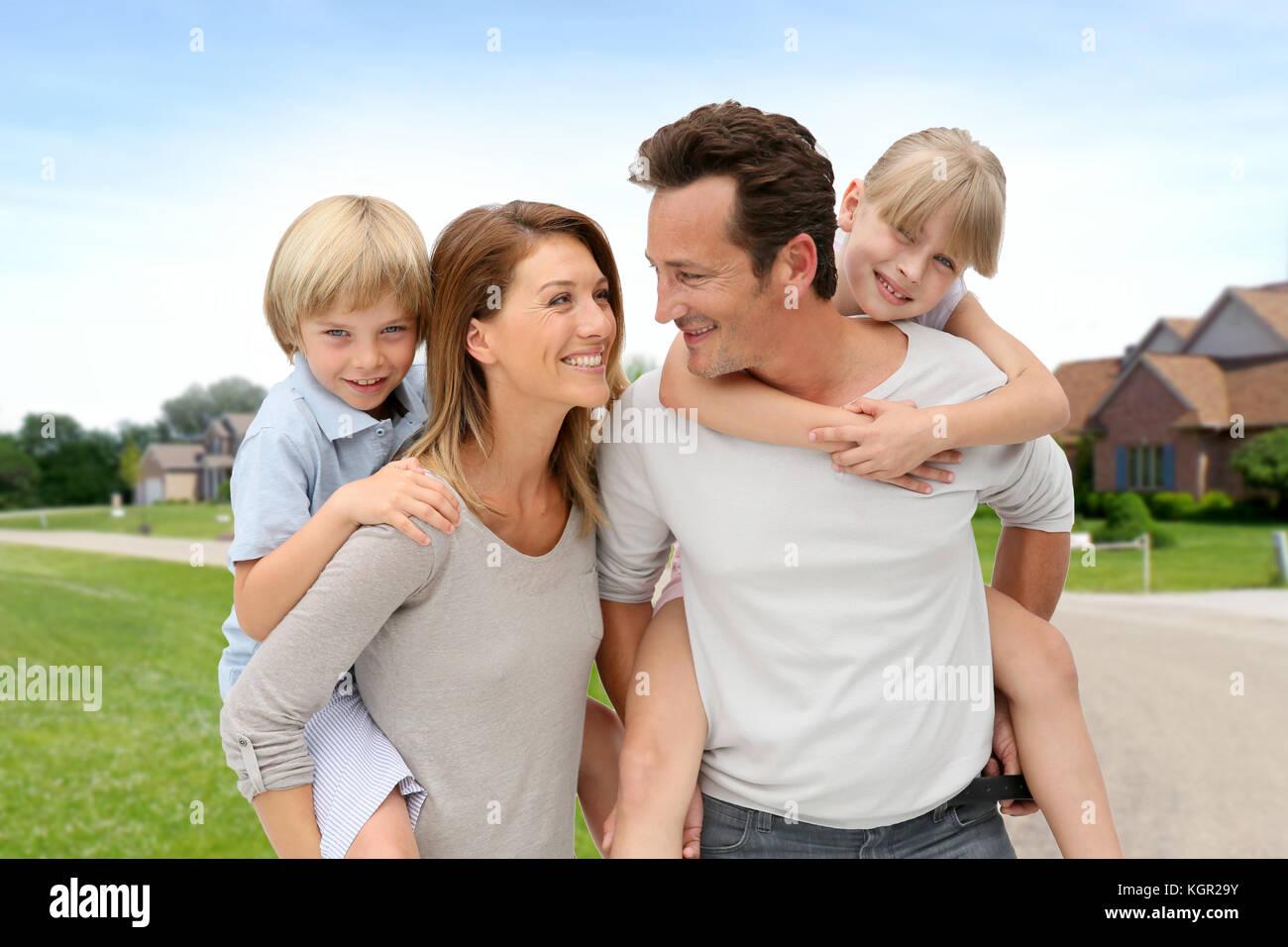 I genitori e i figli in piedi in quartiere Immagini Stock
