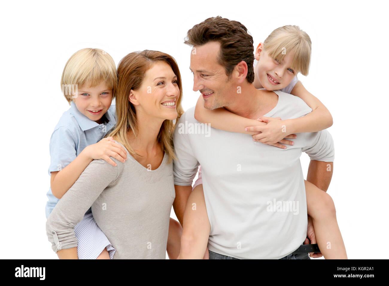 I genitori dando piggyback ride per bambini Immagini Stock
