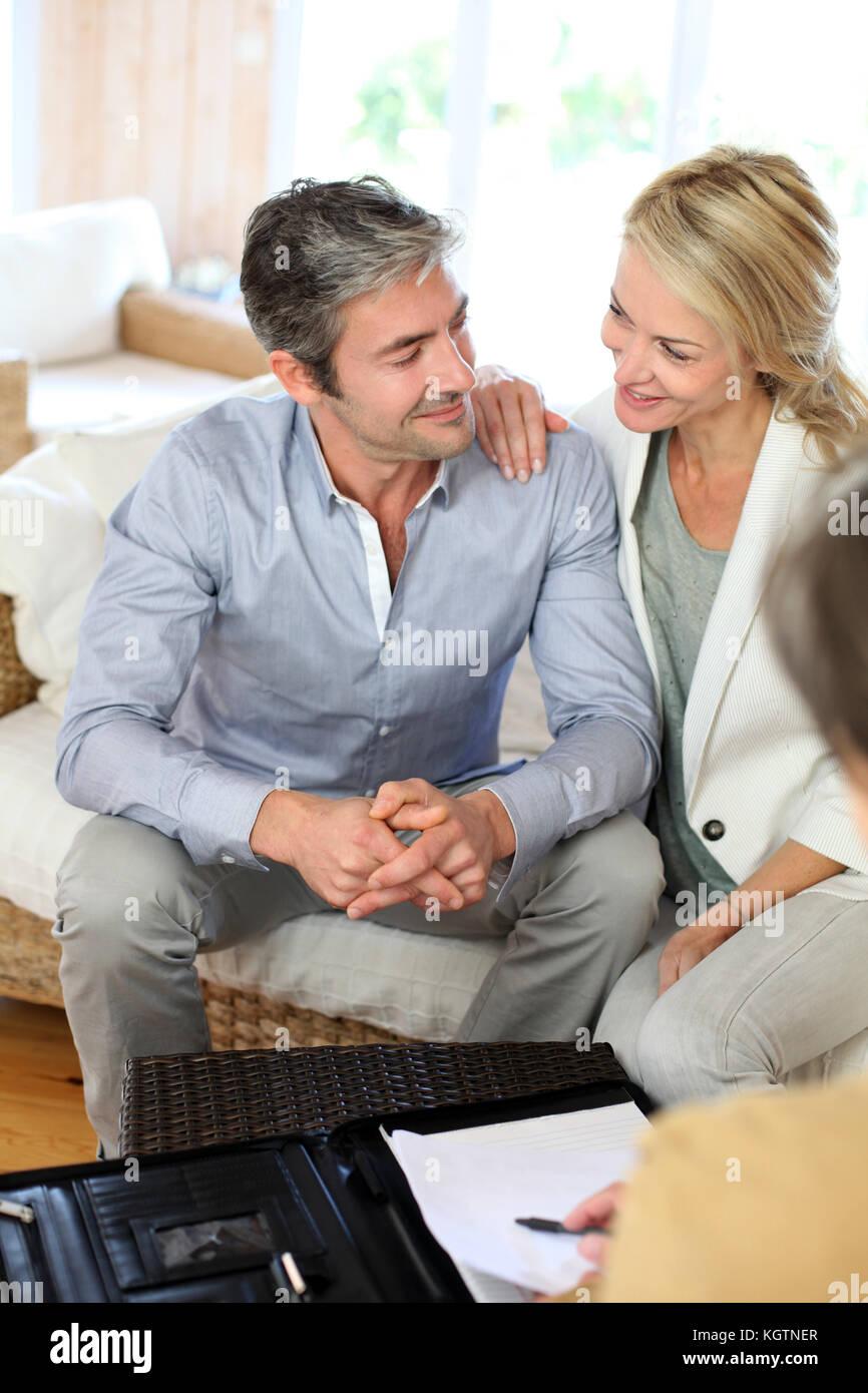 Giovane incontro advisor a casa Immagini Stock