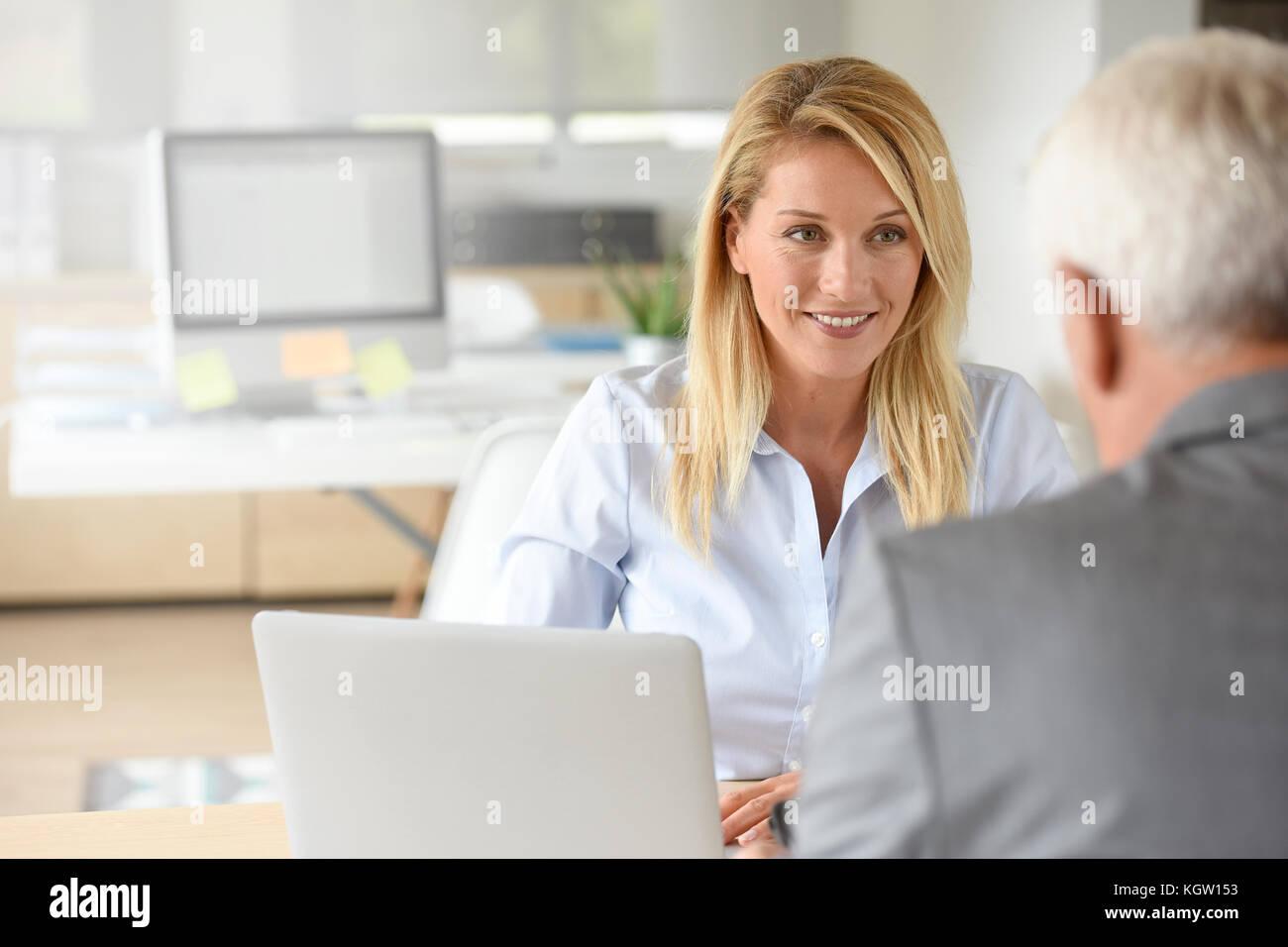 Manager delle risorse umane la ricezione di candidato per il lavoro Immagini Stock
