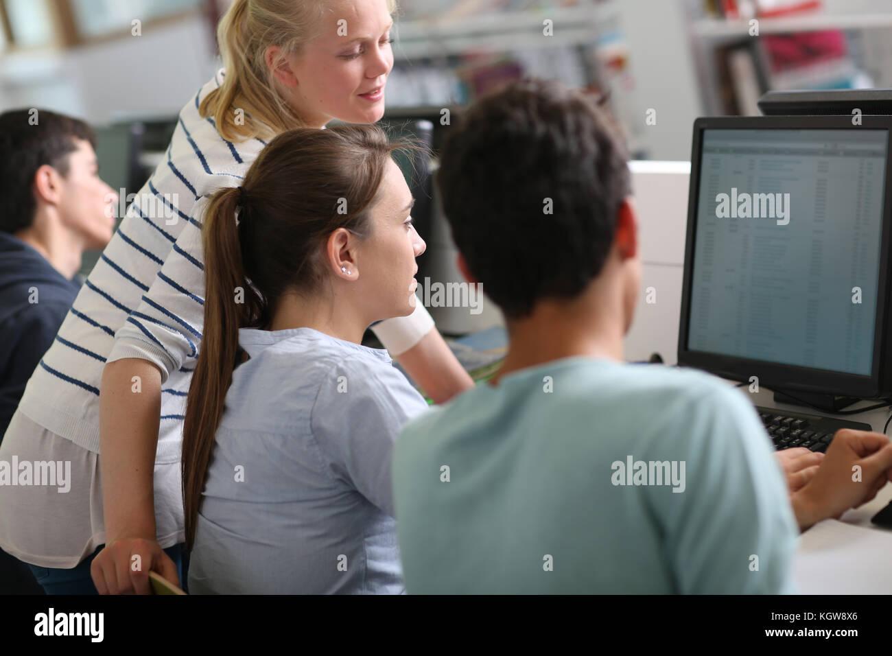Gruppo di studenti nella sala computer Immagini Stock
