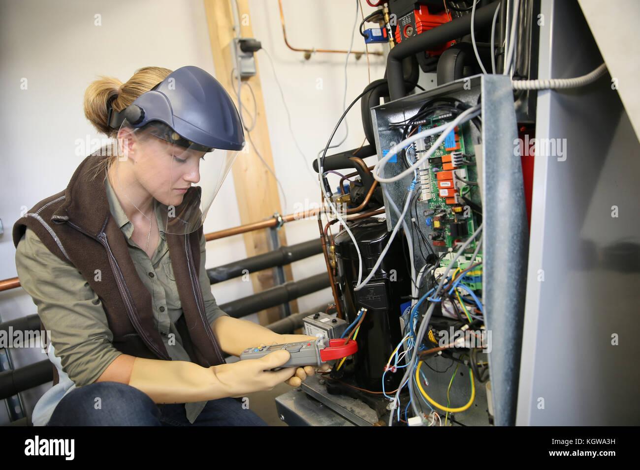 Giovane donna con maschera protettiva di controllo intensità elettrica Immagini Stock