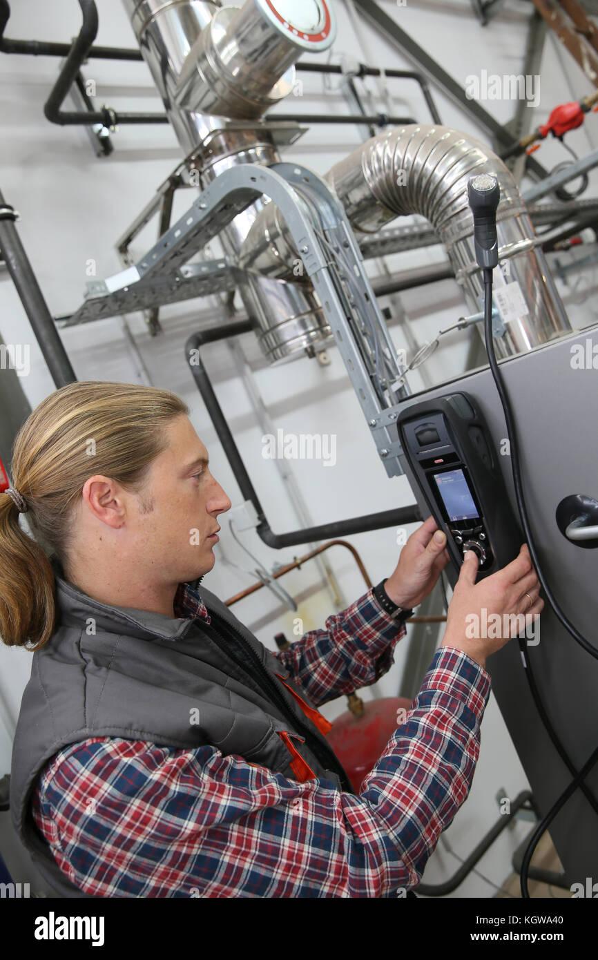 Controllo tecnico della pompa di calore di intensità con il dispositivo elettronico Immagini Stock