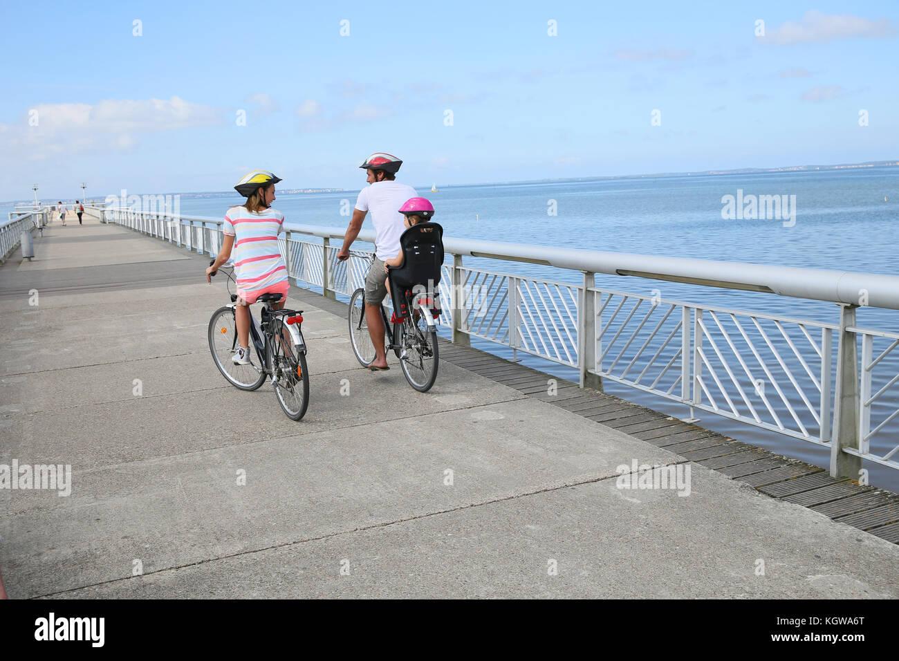 Vista Posteriore Della Famiglia Su Di Un Viaggio In Bicicletta In