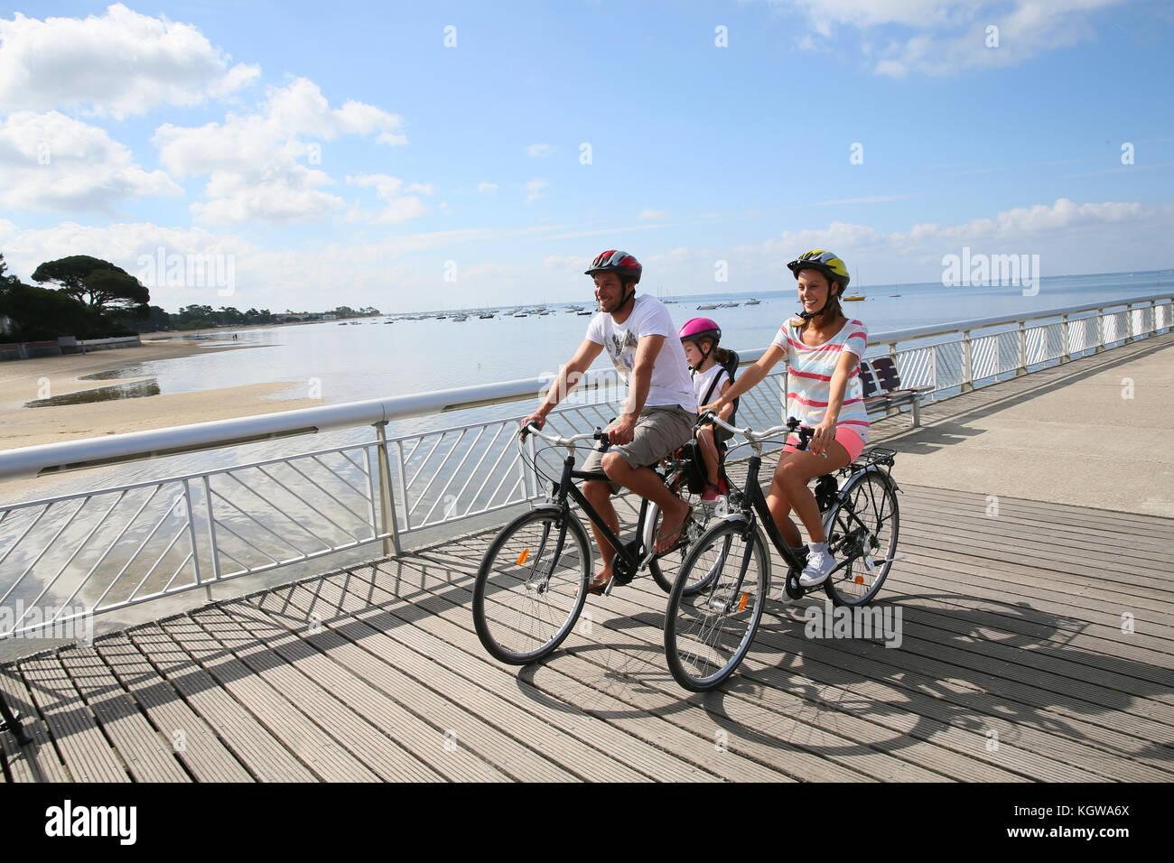 Famiglia Su Un Viaggio In Bicicletta In Riva Al Mare Foto Immagine