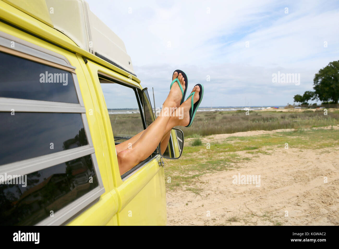 Primo piano della donna di piedi rilassante in camper finestra Immagini Stock