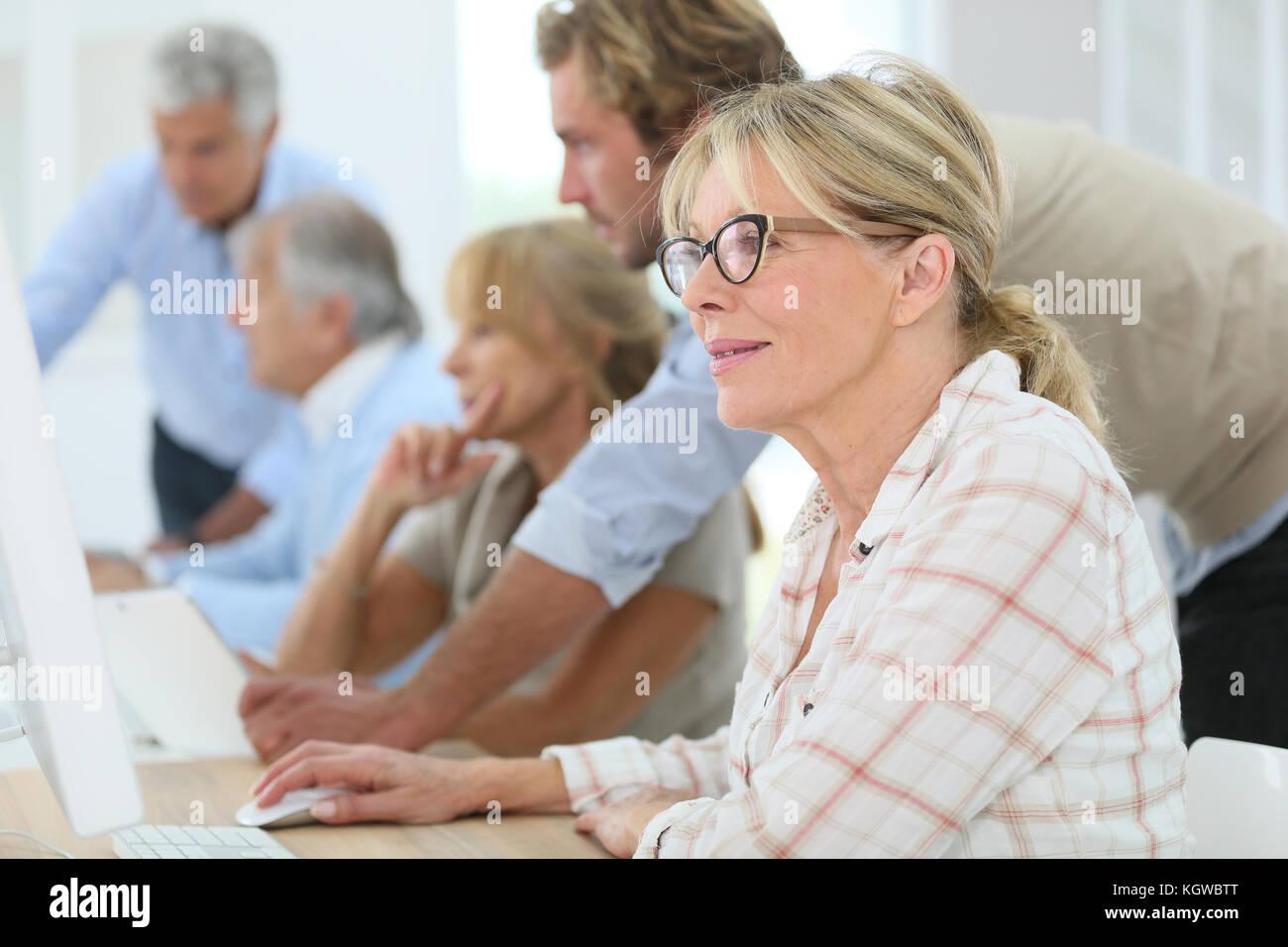 Senior donna nella formazione business class Immagini Stock