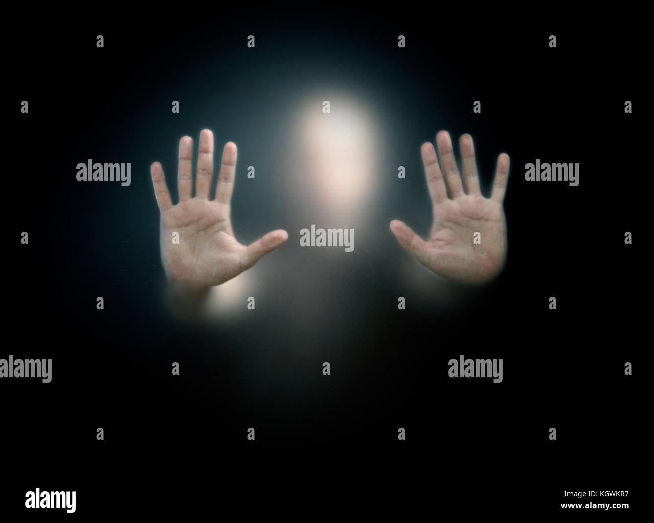 Figura oscura dietro un polveroso vetro graffiato Immagini Stock
