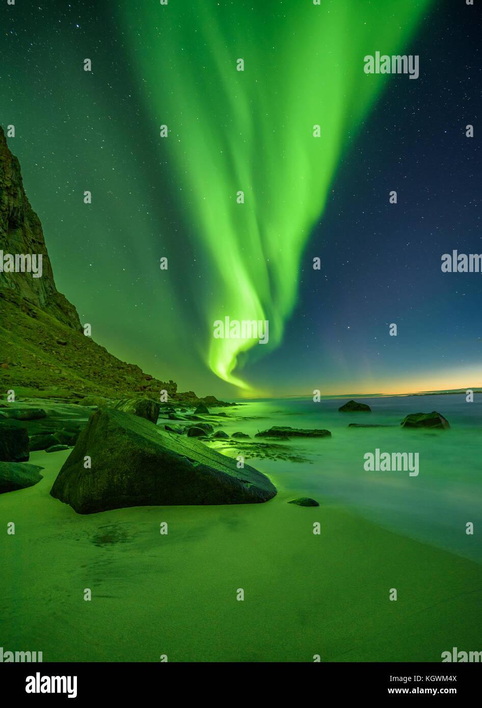 Spiaggia di Le isole Lofoten in Norvegia con luci del nord Immagini Stock